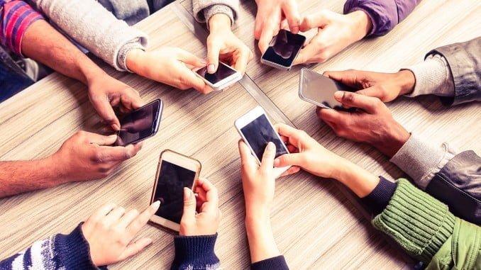 Estar conectado continuamente interfiere en la socialización fuera del mundo online