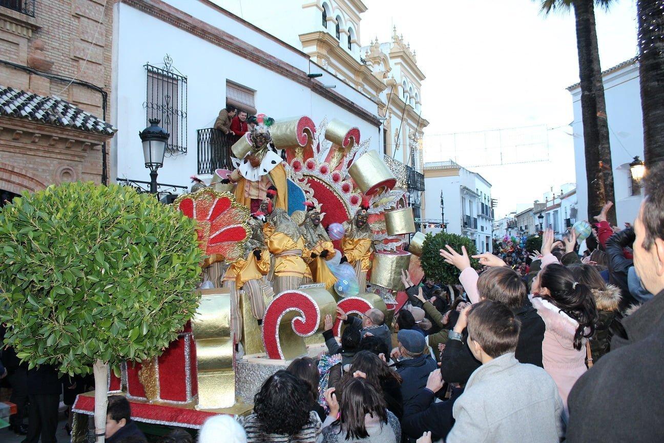 Miles de vecinos de La Palma se echaron a la calle para disfrutar de la cabalgata.