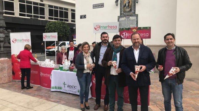 El alcalde de Huelva capital se acercó al stand de Interfresa donde fue recibido por su presidente y otros directivos del sector.