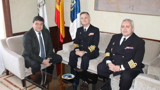 Cruz ha dado la bienvenida oficial a la ciudad a la tripulación del buque insignia de la Armada, representada por el Almirante de la Flota, Juan Rodríguez Garat y el Comandante Naval de Huelva y Capitán de Navío, Francisco Javier Martínez Suanzes