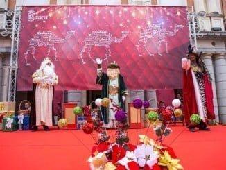 Los niños depositaron sus cartas en las manos de los Reyes Magos