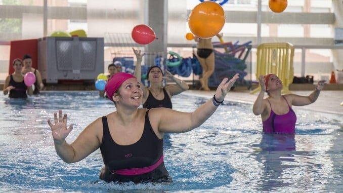 Un grupo de mujeres embarazadas asisten a su curso de parto en el agua, en el Diego Lobato