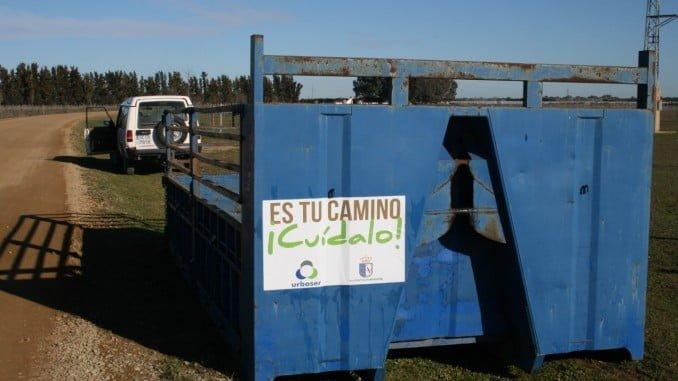 Cubas instaladas en los caminos de El Rocío y a la salida de la Aldea para depositar los residuos