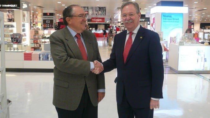 El director de El Corte Inglés en Huelva, Andrés Fuentes López y el Presidente del Banco de Alimentos en Huelva, Juan Manuel Díaz Cabrera, en el Centro Comercial
