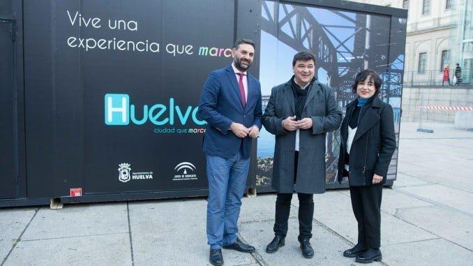 El alcalde de Huelva junto al consejero de Turismo, la concejala de Cultura y el presidente de la FOE