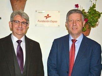 Agüera, representante de la Fundación Cepsa-Huelva, y Carmelo Romero, alcalde de Palos de la Frontera