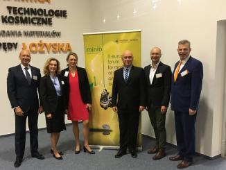 El profesor de la Universidad de Huelva, García Machado, junto a otros asistentes al forum en Varsovia