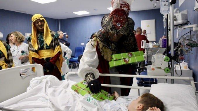 Los niños hospitlaizados han recibido la visita de los Magos de Oriente