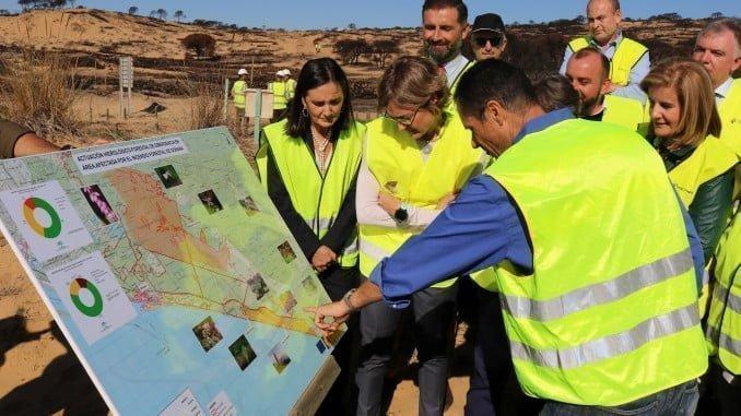 Imagen de la reciente visita de la ministra García Tejerino a la zona del incendio