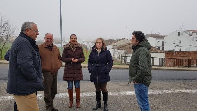 La delegada de Fomento y el alcalde de Cumbres Mayores visitan las obras de la A-5300