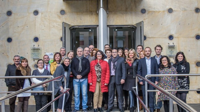 Participantes en una jornada sobre accesibilidad universal ante la sede de Aguas de Huelva