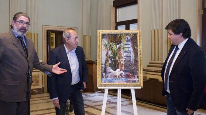 El alcalde junto al autor del cartel y del pregonero de las fiestas de San Sebastián