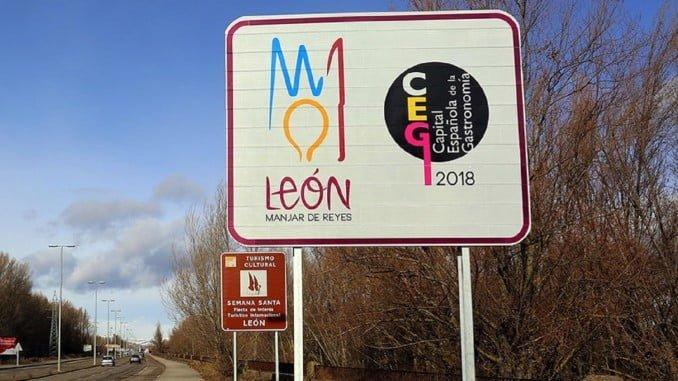 Carteles de bienvenida a la capital gastronómica de León en las principales vías de acceso a la ciudad