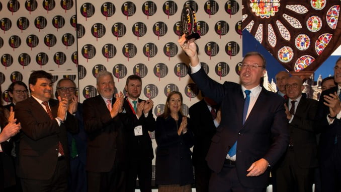 Momento en el que León recoge en Fitur el testigo de capitalidad gastronómica de manos de Huelva