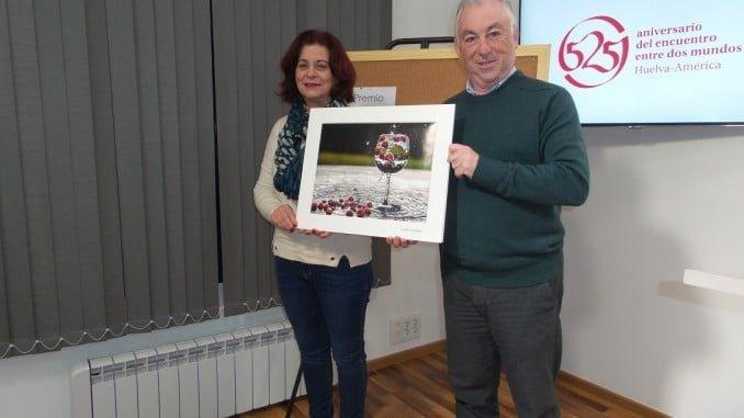 María del Carmen Castilla y Fernando Sánchez muestran la fotografía ganadora