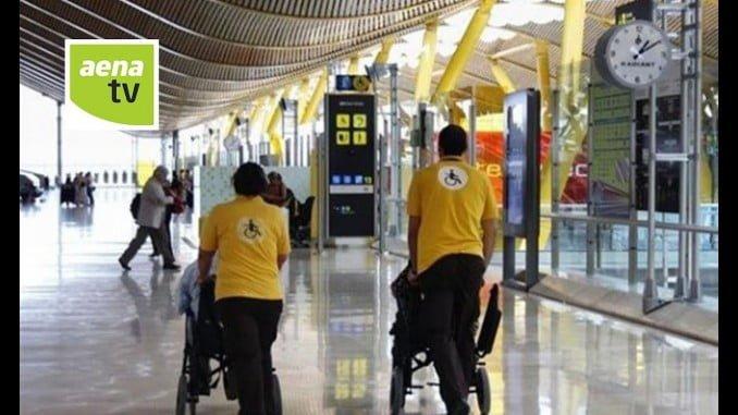 El personal que atiende a los pasajeros con discapacidad o movilidad reducida en los aeropuertos españoles