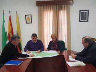 El delegado de Medio Ambiente y el alcalde de Jabugo trabajan en el PGOU de la localidad serrana