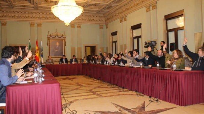 Retrospectiva del pleno de honores y distinciones que cada año se celebra para dar a conocer a los premiados con las Medallas de Huelva