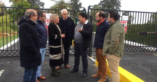 Pepa González Bayo, junto a otros socialistas, a las puertas del Parador de Ayamonte