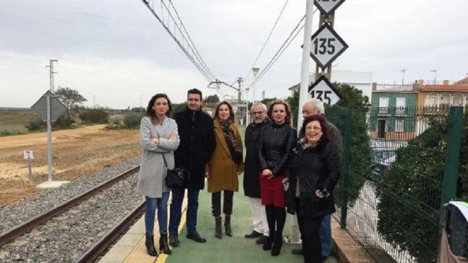 Parlamentarios socialistas visitan en San Juan del Puerto el paso elevado sobre las vías del tren, obra realizada gracias al Ayuntamiento, que ha buscado financiación