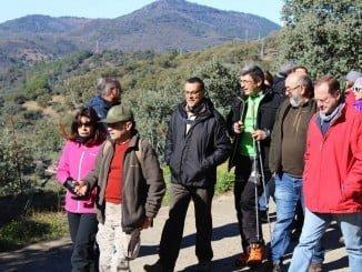 El presidente de la Diputación junto al alcalde de Santa Ana la Real por un sendero de la localidad