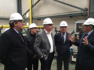 Visita de responsables de la Junta a la empresa Electroquímica Onubense