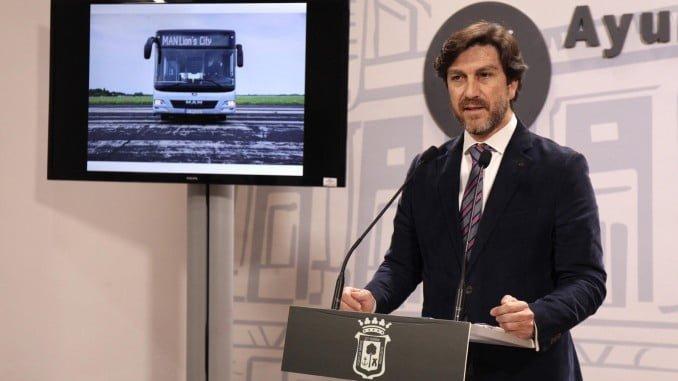 El concejal de Seguridad Ciudadana, Movilidad y Tráfico y presidente de Emtusa, Enrique Gaviño, en rueda de prensa