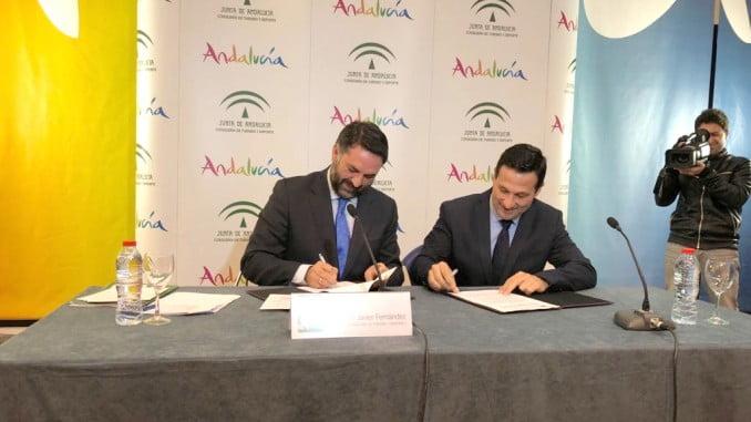 El vicepresidente del Patronato de Turismo, Ezequiel Ruíz, y el consejero de Turismo de la Junta de Andalucía, Francisco Javier Fernández, han suscrito este convenio en Málaga