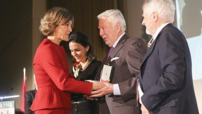 La ministra de Agricultura entrega a José Luis García Palacios, pressidente de Fundación Caja Rural de Sur, la distinción de Asaja Sevilla con motivo del 40 Aniversario