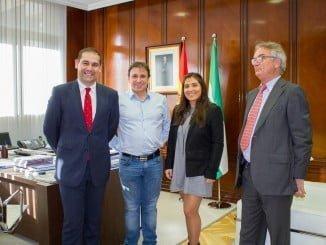 El presidente del Puerto con el alcalde de Viana de Castelo y representantes de la empresa Policedencias España SL, que se hace cargo de las instalaciones de Astilleros.