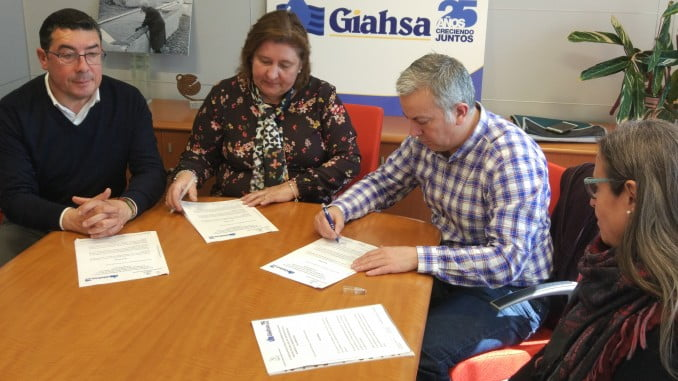 Firma del acuerdo entre Giahsa y la Asociación Cultural de Sordos de Huelva.