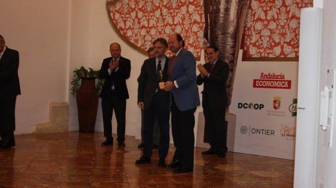 El consejero de Medio Ambiente entregó a Guillermo García-Palacios Álvarez el premio concedido a la DOP Jabugo.