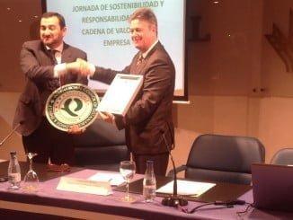 En la foto, Guillermo Téllez, como director general de Caja Rural de Sur, recoge el certificado de QSostenible.