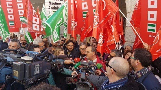 Los sindicatos de la Mesa Sectorial de Sanidad se concentran ante la Delegación de Salud