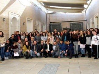 El presidente de la Diputación de Huelva con los beneficiarios de las becas Hebe