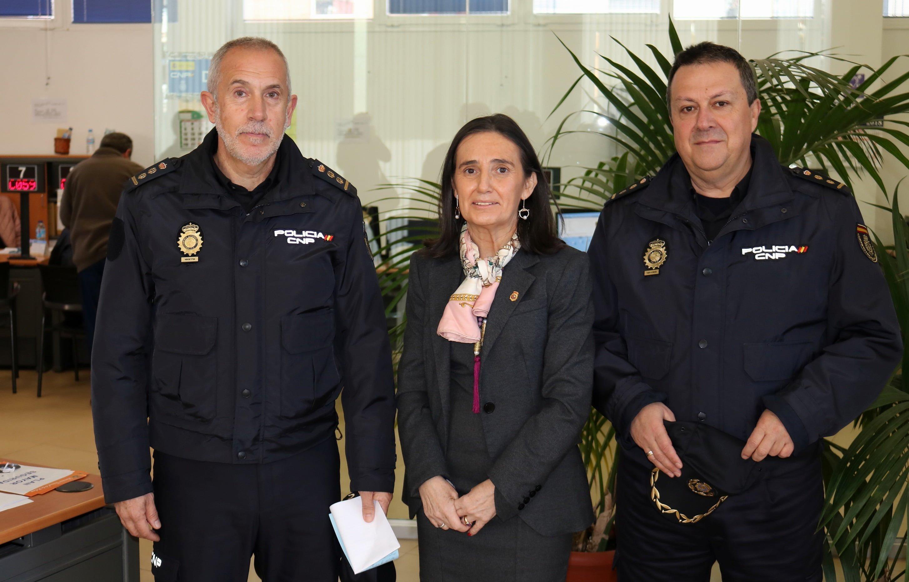 La subdelegada y el comisario jefe han visitado  la oficina de expedición de la capital onubense