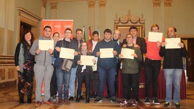 El alcalde de Hulva junto a los jóvenes con discapacidad intelectual que han realizado sus prácticas