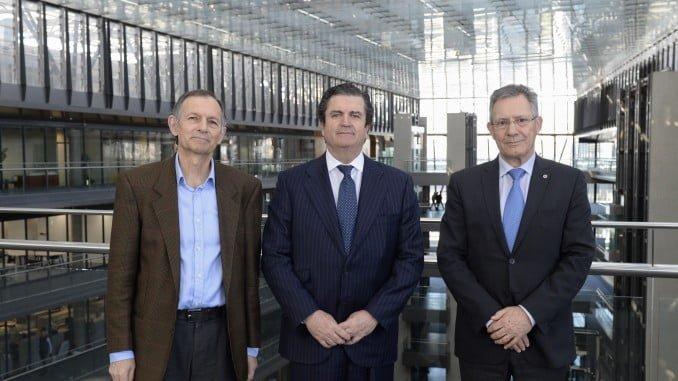 El presidente de Endesa (centro), junto al presidente de Cruz Roja (derecha) y el director de Ecodes