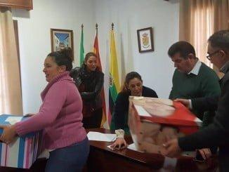 El alcalde de Jabugo entrega los cheques-bebé a 24 familias