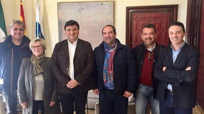 El alcalde, con los nuevos representantes del Comercio de Isla Chica