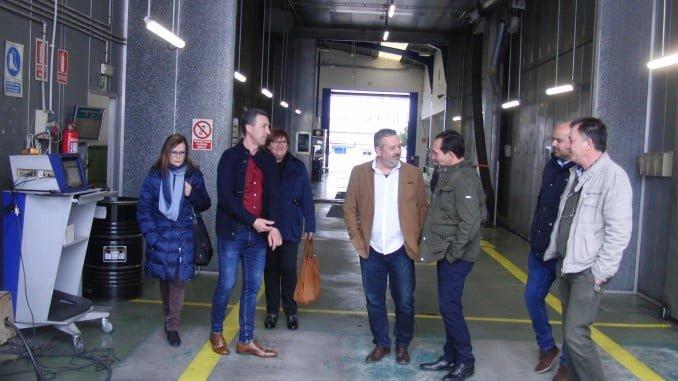 El delegado territorial de Economía, Innovación, Ciencia y Empleo, Manuel Ceada, durante la  visita a la ITV de Zalamea