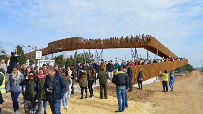 Gran expectación en la inauguración de la pasarela de San Juan del Puerto