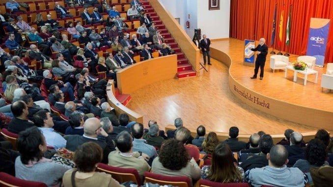 Manuel Toharia en un momento de su conferencia en la Universidad de Huelva