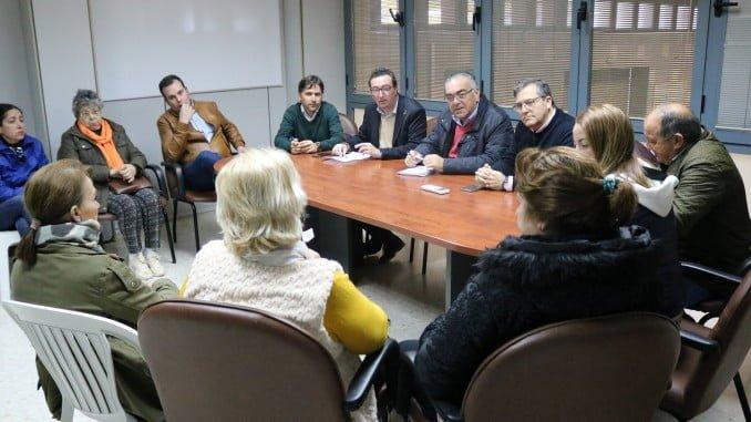 El presidente del PP se reúne con representantes del sector de la chirla en la lonja de Isla Cristina