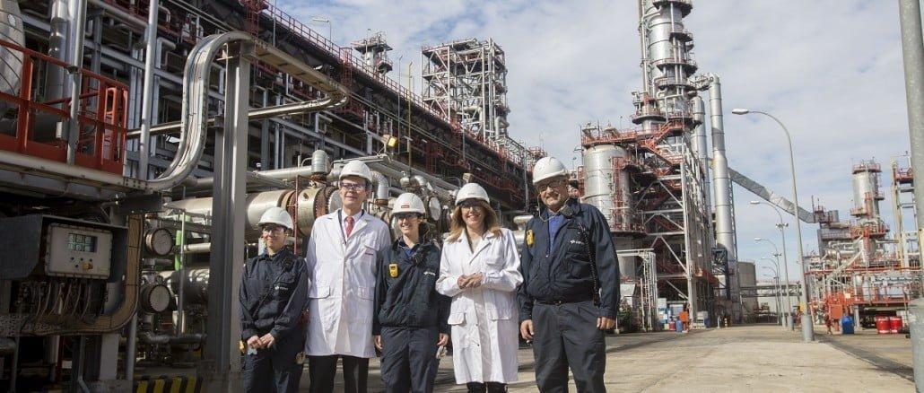 Pedro Miró y Susana Díaz recorren la zona de producción de la Refinería La Rábida