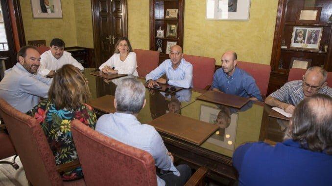 Reunión de los representantes sindicales con el alcalde para recuperar la paga extra que el PP suprimió