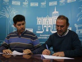 Firma del convenio entre el Ayuntamiento de Valverde del Camino y Apymad