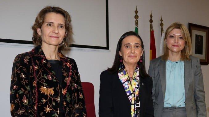 Grávalos junto a la jefa provincial de Tráfico y la coordinadora de las jefaturas de Tráfico de Andalucía