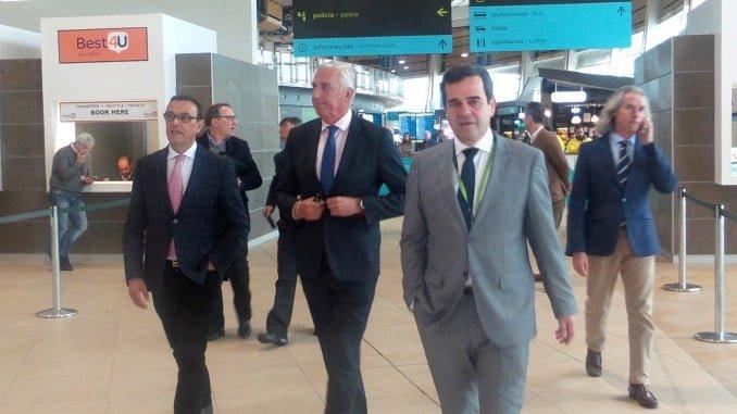 Caraballo, junto a algunos empresarios del sector turístico onubense, visita el aeropuerto de Faro