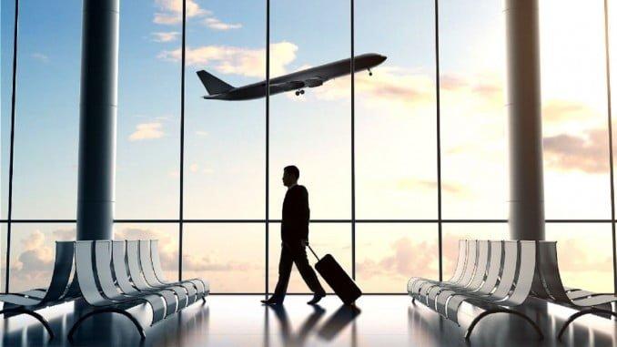 FACUA ha instado a la AENA a mejorar el mobiliario de las zonas de embarque en los aeropuertos. Asegura que apenas hay asientos para los pasajeros